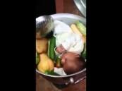 بالفيديو .. مطالبات بالقبض على (طاهي الطفل)