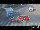بالفيديو … بأعجوبة سائق دراجة ينجو من موت محقق