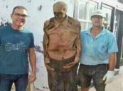 توقيف عامل مقبرة أخرج جثة رجل وتصور معها