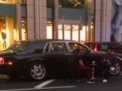 """بالفيديو … عرب يدخنون """"الشيشة"""" وسط الشارع بلندن"""