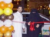 صورة: مواطن يفاجئ والدته باختيارها لقص شريط افتتاح مشروعه التجاري