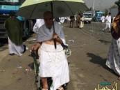 حاج يقف بكرسيه المتحرك على صعيد عرفات طالباً رضوان الله ومغفرته