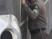 صورة مؤثرة لرجل أمن يلتزم الكعبة في حالة خشوع تام