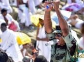 بالصور … أمير مكة يكرم جندياً لعمله الإنساني مع الحجيج
