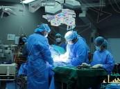 رجل خرج من غرفة العمليات بملابس داخلية نسائية