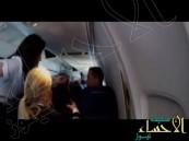 بالفيديو … هبوط اضطراري لطائرة بعد تحطم أجزاء من جسمها
