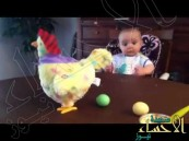 بالفيديو … ردة فعل رضيع لحظة وضع دجاجة بيضها