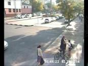 بالفيديو … رجل ينقذ فتاة من حادث بطريقة فريدة