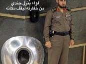 لواء يقف مكان الجندي المكلف بحراسة الحجر الأسود.. ومصدر يوضح حقيقة الصورة