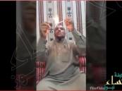 """بالفيديو… """"سعودي"""" يتحدى أصحابه بشرب البنزين"""