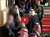 """بالفيديو…خادم الحرمين يُوقف برتوكول استقبال """"أوباما"""" لأداء صلاة العصر"""