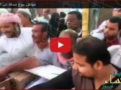 """بالفيديو.. مواطن يتصدق عن """"فقيد الوطن"""" الملك عبدالله"""