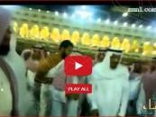 """بالفيديو… """"خادم الحرمين"""" بلا حراس وسط الآلاف بالحرم المكي"""