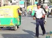 """بالفيديو… شرطي هندي ينظم حركة المرور على طريقة رقصة لـ """"مايكل جاكسون"""""""