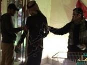"""بالصورة… شاب مصري بالسعودية يوزع المصاحف بإحدى """"المولات"""" صدقة على روح الملك عبد الله"""