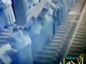 بالفيديو …سقوط رجل أثناء صلاة الجماعة ووفاته و المصلون يتجاهلونه