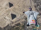 بالفيديو و الصور… بطل ريد بول ينفذ قفزة تاريخية فوق أهرامات الجيزة