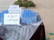 بالصورة… مواطن يضع زجاجات مياه على طاولة بالطريق صدقةً عن الملك عبدالله