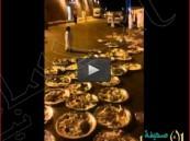 بالفيديو… إلقاء كميات كبيرة من بقايا طعام حفل زواج في حاوية للنفايات