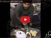 """بالفيديو.. إغلاق مطعم يقدم وجباته بـ""""الزجاج"""" في ضباء"""