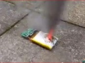 شاهد بالفيديو… انفجار غير متوقع يحدث عند ثقب بطارية جوالك