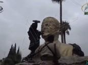"""بالفيديو… مسلحو """"جبهة النصرة"""" يدمرون تمثال """"الأسد"""" بعد سيطرتهم على """"إدلب"""""""