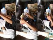 بالفيديو… شاب خليجي مستهتر يضبط القهوة في سيارته ويقود بقدمه