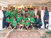 بالصور.. الوليد بن طلال يستقبل لاعبي الأهلي ويكافئهم