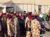 بالفيديو… محمد بن نايف يعود من سيارته تلبيةً لطلب أحد الجنود