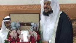 """بالصور.. مواطنة تهدي زوجها 10 آلاف ريال و""""أيفون6″ وحقيبة عطور ليلة زفافه على أخرى"""