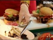 """بالفيديو من دبي… بيع أغلى وجبة """"برجر"""" في العالم بـ 7 آلاف دولار"""