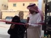 بالفيديو… أم من ذوي الاحتياجات الخاصة تفتتح منزل ابنها بالرياض.. والابن يقبل قدميها