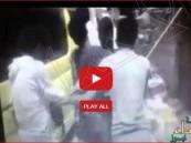 """شاهد بالفيديو… كيف ينتقم الحوثيون من عجائز """"عدن"""""""