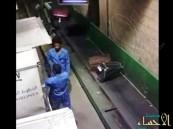 """بالفيديو… عمالة تلقي بأمتعة الركاب بوحشية.. ومطار """"الملك خالد"""" يشكل لجنة للتحقيق"""