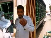 بالفيديو… مواطن يضبط عامل يبول في قوارير مياه الشرب قبيل تسليمها للزبائن