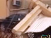 بالفيديو.. خطأ فادح في عملية حفر أرض يتسبب في انهيار منزل مواطن وتحطم سيارته