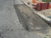 """استجابة سريعة من بلدية """"العيون"""" لإصلاح """"هبوط أرضي"""" أثار قلق المواطنين"""