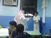 بالفيديو… معلم يجلد طالباً داخل فصل دراسي بمكة المكرمة