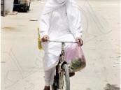 """بالصورة.. فوبيا قيادة السيارة تدفع مواطناً لاستخدام """"دراجة"""" في تنقلاته طيلة 35 عاماً"""
