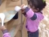 """بالفيديو.. سعودية تُصوِّر طفلتيها أثناء تناولهما تراب """"العاصفة"""" تثير اشمئزاز المغردين"""