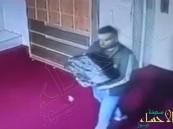 """بالفيديو… لص يسرق مصاحف وكتب تفسير من """"مسجد"""""""