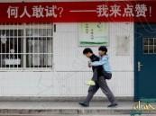"""طالب صيني لقّب بـ""""الأجمل"""" لحمل صديقه المعوق على ظهره ثلاث سنوات"""