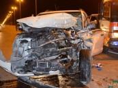 """بالصور… حادث يحيل """"الديانا"""" لكومة حديد.. ويكشف عن كارثة بطريق """"الأحساء – قطر"""""""
