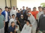 طلاب السعد يهدون باقة حب لدار رعاية المسنين تقديراً لهم