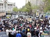 عشرات الطلاب الإيرانيين يُهاجمون سفارة المملكة بطهران
