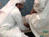"""صورة مؤثرة لبرّ شاب سعودي بوالده تجتذب المغردين عبر """"تويتر"""""""