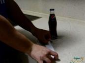 بالفيديو … طريقة غريبة لفتح زجاجة المشروبات باستخدام ورقة