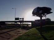 بالفيديو … تحويل السيارات المحطمة إلى إشارات مرورية