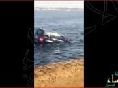 """بالفيديو… بحر """"جدة"""" يبتلع سيارة دفع رباعي.. ستتعجب من موقف الناس حولها"""