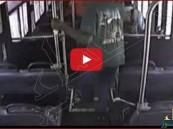 """بالفيديو.. مقطع يرصد اصطدام قطار بـ """"باص"""" والركاب يهربون في اللحظة الأخيرة"""